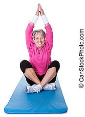 practicing, starsza kobieta, yoga