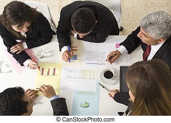 pracujący, businesspeople, razem, spotkanie, dokument, dyskutując