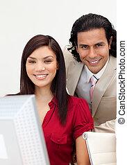 pracujący, uśmiechanie się, człowiek aparatu fotograficzny, kobieta, razem