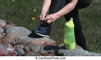 przed, stosowność, wyścigi, wiążąc shoelaces, kobieta