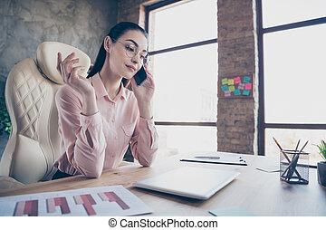 przedsiębiorca, kąt, odprężając, posiadanie, praca, piękny, poniżej, prospekt, fotografia, rozluźnić, przed, handlowy dzień, appoinrment, rozmawianie, wzmacniacz, jej, niski, koniec, radosny