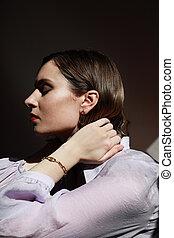 przedstawianie, na, pionowy, shirt., ciemne tło, sztuka, purpurowy, kobieta, strzelony., kaukaski, młody, portret, chodząc