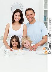 przedstawianie, rodzice, dzieci, ich, kuchnia, szczęśliwy