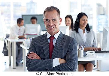przewodniczy, jego, drużyna, dyrektor, środek, uśmiechanie się, rozmowa telefoniczna