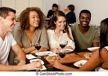 przyjaciele, grupa, śmiech, restauracja
