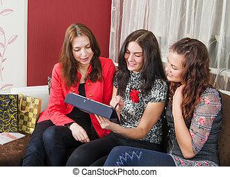 przyjaciele, kobiety, młody, trzy, gaworząc