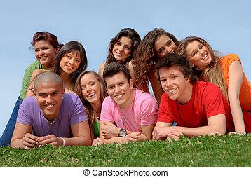 przyjaciele, uśmiechanie się, grupa, nastolatek, szczęśliwy