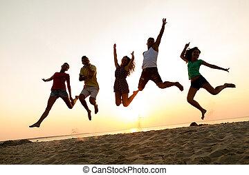 przyjaciele, uśmiechanie się, skokowy, plaża, taniec