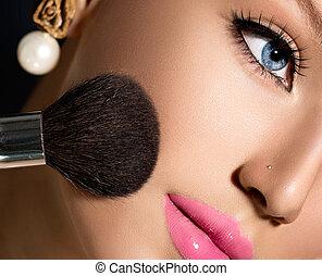 przykładając makeup, kosmetyczny, proszek, charakteryzacja, closeup., szczotka