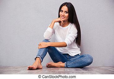 przypadkowy, szczęśliwa kobieta, podłoga, posiedzenie