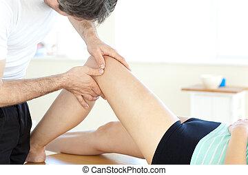 przystojny, terapeuta, noga, udzielanie, masaż, fizyczny, młody