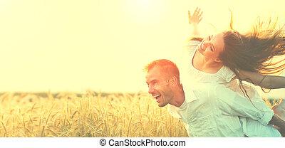 pszenica, na, posiadanie, pole, zachód słońca, outdoors, zabawa, para, szczęśliwy