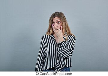 ręka, blondynka, kobieta, aparat fotograficzny, pokryty, wstrząśnięty, usta, patrząc