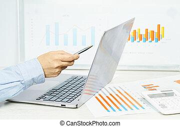 ręka, finansowy, finance., biurko, ekran, wykresy, samica, laptop, spoinowanie
