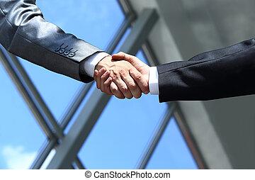 ręki potrząsające, biuro, handlowy zaludniają