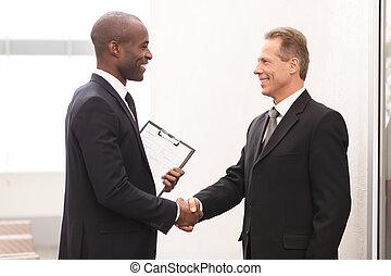 radosny, handlowe mężczyźni, dwa, patrząc, inny, siła robocza, meeting., każdy, potrząsanie