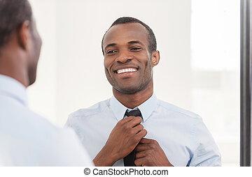 reputacja, o, jego, krawat, look., regulując, afrykanin, młody, przeciw, zaufany, znowu, lustro, człowiek