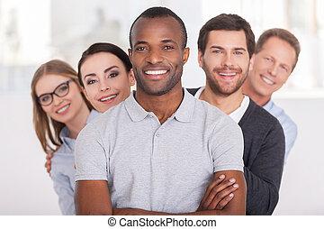reputacja, patrząc, keeping, team., grupa, handlowy zaludniają, herb, młody, radosny, zaufany, za, aparat fotograficzny, znowu, afrykanin, krzyżowany, uśmiechnięty człowiek, jemu, hałas