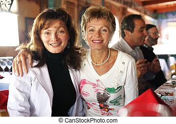 restauracja, dwa, dojrzały, partia, szczęśliwi kobiety