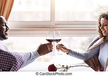 restauracja, para, amerykanka, afrykanin, pijąc wino, szczęśliwy