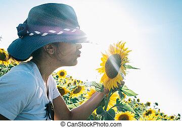roślina, kobieta, słonecznik, udzielanie, słońce, to, całowanie, kapelusz