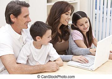 rodzina, laptop komputer, używając, zabawa, dom, posiadanie, szczęśliwy