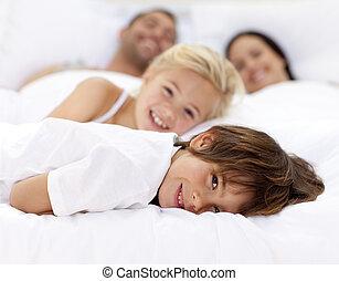 rodzina, ojciec, spoczynek, łóżko