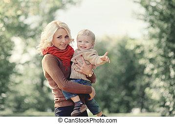 rodzina, outdoors, syn, jesień, macierz, zabawa, portret, posiadanie, szczęśliwy