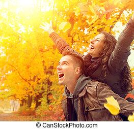 rodzina, para, jesień, fall., park., outdoors, zabawa, posiadanie, szczęśliwy
