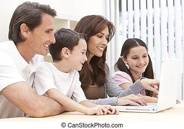 rodzina, posiedzenie, laptop komputer, używając, dom