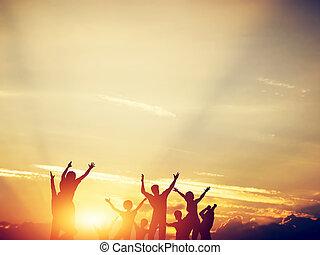 rodzina, razem, skokowy, przyjaciele, sunset., szczęśliwy