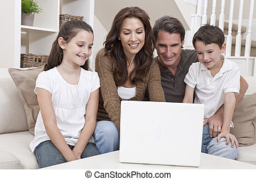 rodzina, sofa, laptop komputer, dom, używając, szczęśliwy