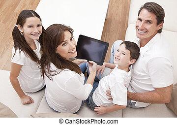 rodzina, tabliczka, komputer, używając, zabawa, dom, posiadanie, szczęśliwy