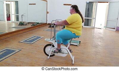 rower, kobieta, przeważać, wykonując, symulator