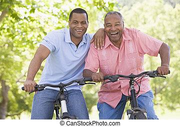 rowery, uśmiechanie się, mężczyźni, dwa, outdoors