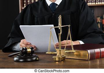 sędzia, dokumenty, czytanie, pokój sędziów, biurko