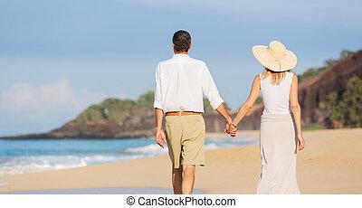 sędziwy, para, chód, środek, cieszący się, plaża