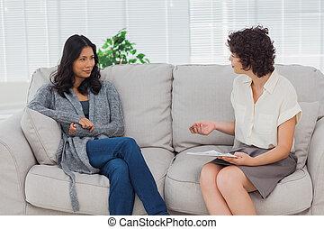słuchający, kobieta, jej, terapeuta