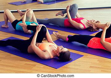 sala gimnastyczna, rozciąganie, grupa, kobiety