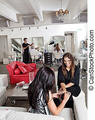 salon, kobieta, posiadanie, manicure