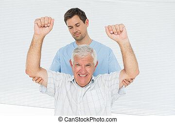 senior, pomagając, siła robocza, człowiek, gromadzić, fizykoterapeuta