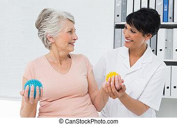 senior, siła, doktor, używając, buster, pacjent, piłki
