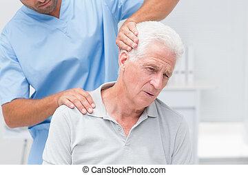 senior, udzielanie, fizyczny, pacjent, terapia, fizykoterapeuta