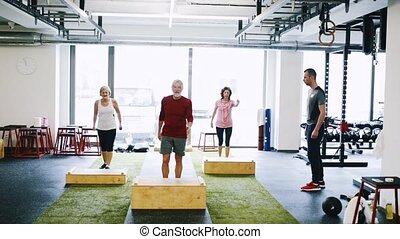 seniorzy, boks, atak, pracujący, sala gimnastyczna, steps., poza