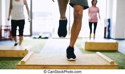 seniorzy, boks, pracujący, sala gimnastyczna, unrecognizable, steps., poza