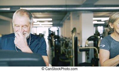 seniorzy, deptaki, atak, sala gimnastyczna, praca, cardio, na zewnątrz.