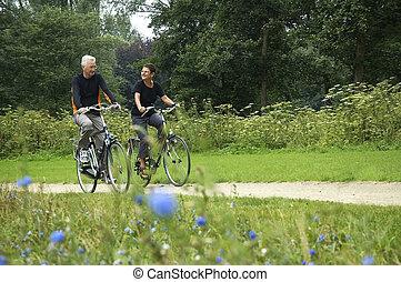 seniorzy, jeżdżenie na rowerze