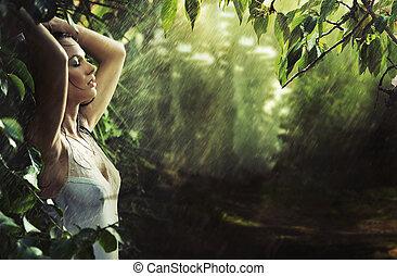 sexy, brunetka, godny podziwu, las, deszcz