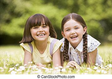 siostry, uśmiechanie się, dwa, leżący, outdoors