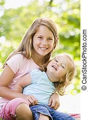 siostry, uśmiechanie się, posiedzenie, dwa, outdoors